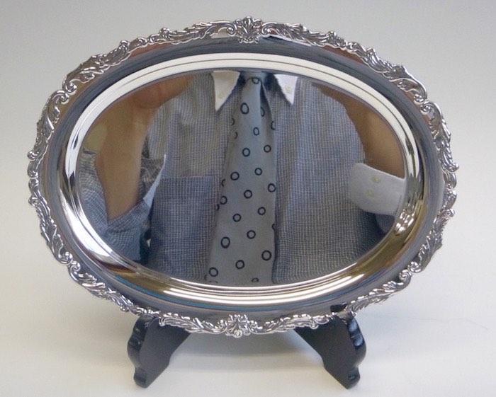 鏡面に磨かれた銀の小判盆